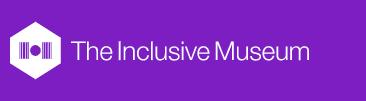 Logo für The Inclusive Museum, ein weisses Hexagon mit ein Museum Symbol und Schrift auf ein Lila Hintergrund
