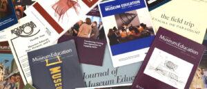 Viele Ausgaben von der Zeitschrift Museum Education liegen aufeinander