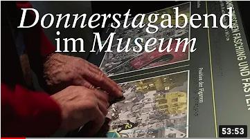 Titelbild des Videos mit dem Text Donnerstage im Museum und zwei Hände, die ein taktiles Relief ertasten