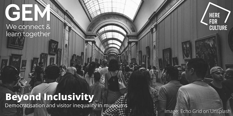 Ein schwarz-weiss Bild mit vile Personen in einem traditionell ausschauendes Kunstmuseum