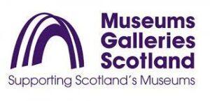 """Logo von Museums Galleries Scotland, ein lila Bogen auf weiss mit der Schrift """"Supporting Scotland's Museums"""""""